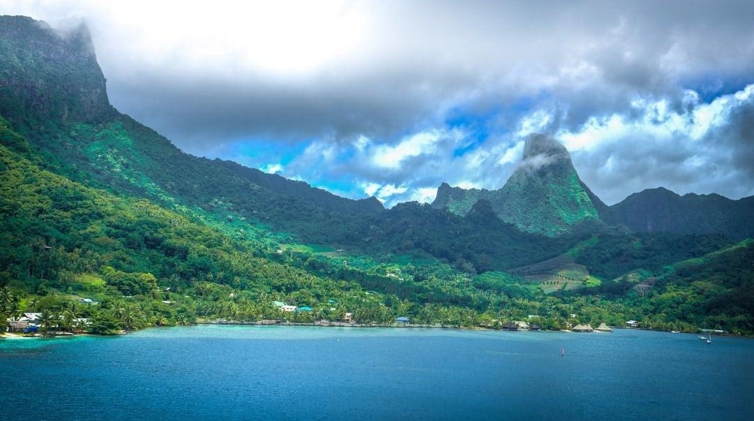 Tahiti Facts about the beautiful lush Island of Tahiti, French Polynesia