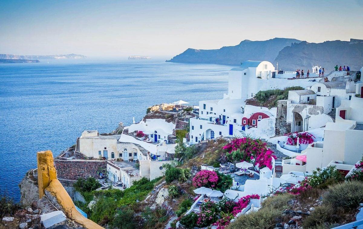 belle vue sur la caldeira de l'île grecque