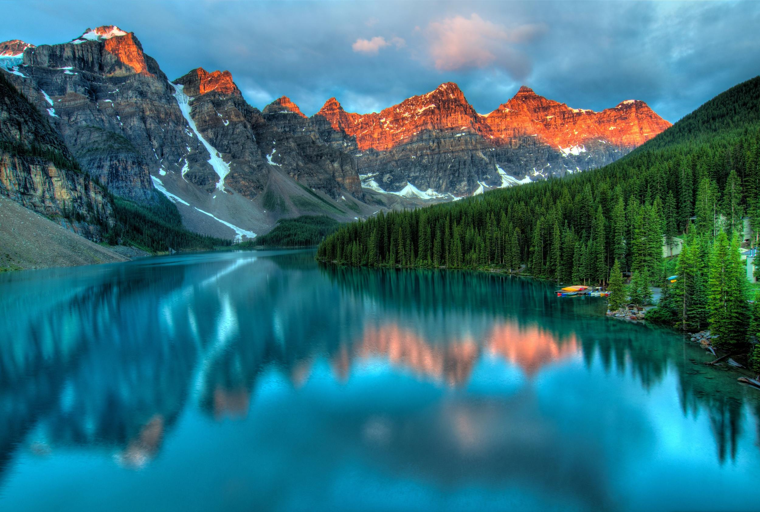 sunrise over the ten peaks above moraine lake