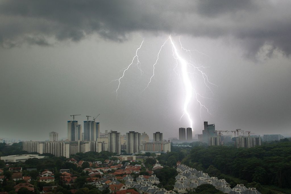 1024px-Rooymans2000_-_Morning_Lightning_Strike_in_Singapore_(by)-Joost Rooijmans-wikicommons