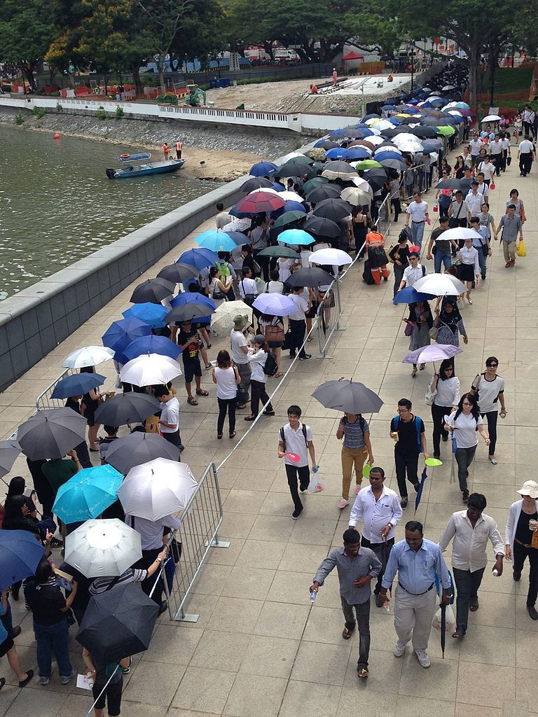 People_queueing_near_Esplanade_Park_to_pay_respects_to_Lee_Kuan_Yew_lying_in_state_in_Parliament_House