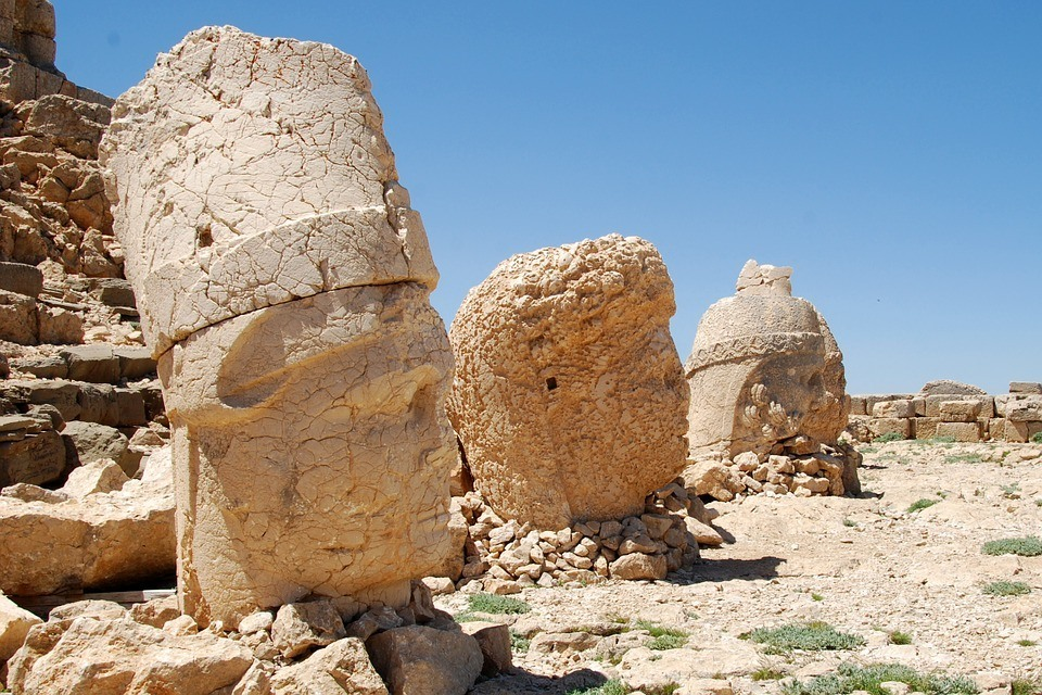 The severed heads of Nemrut.