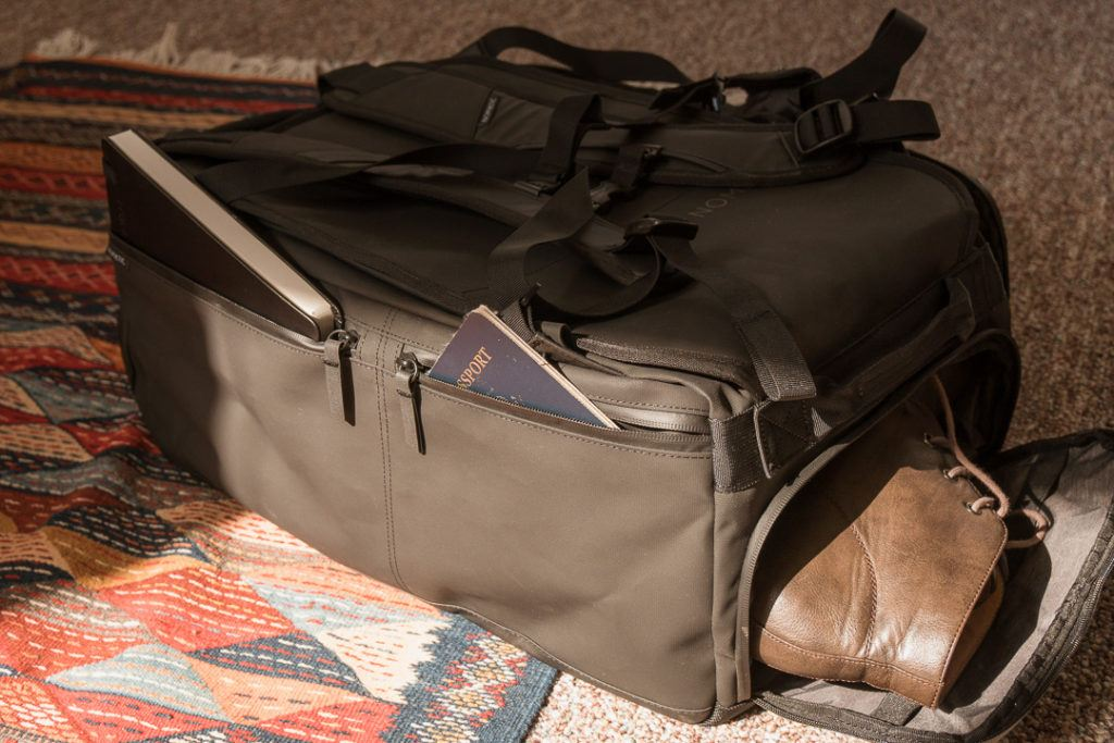Nomatic bag features