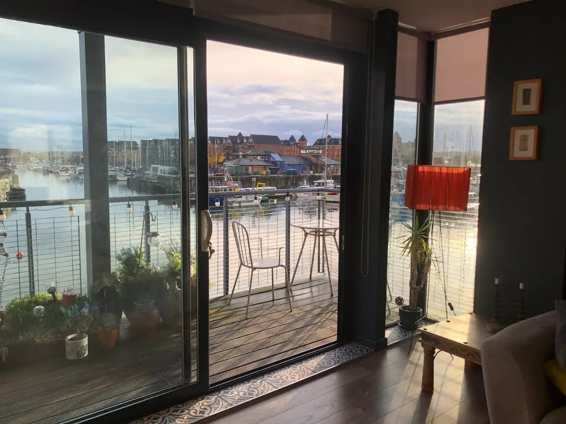 Lavish 2 bed apartment with waterfront view