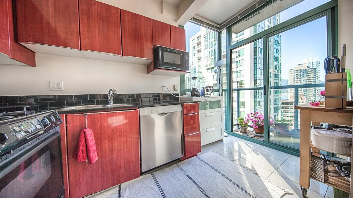 Luxury Coal Harbour apartment with a twin bed
