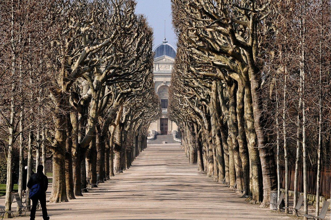 paris safe to travel alone