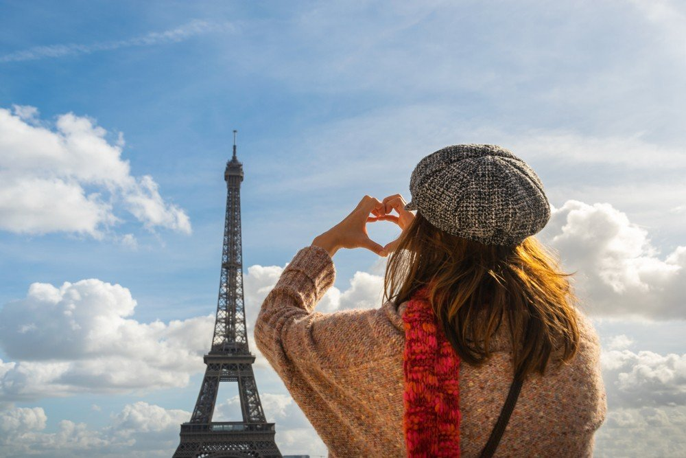 is paris safe for female travelers