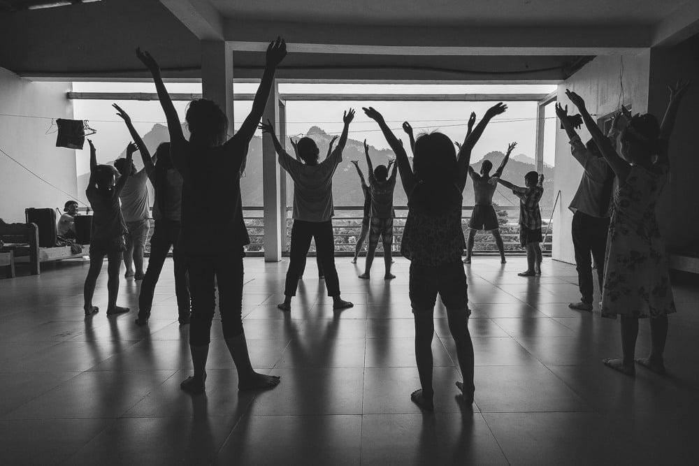 vietnamese students dancing