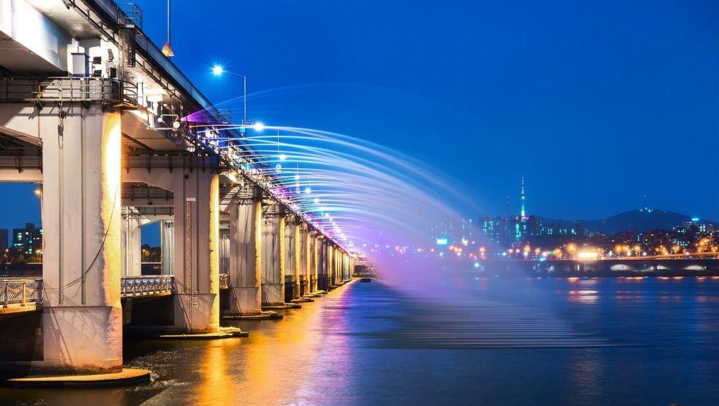 Banpo Bridge lit up over the Han River