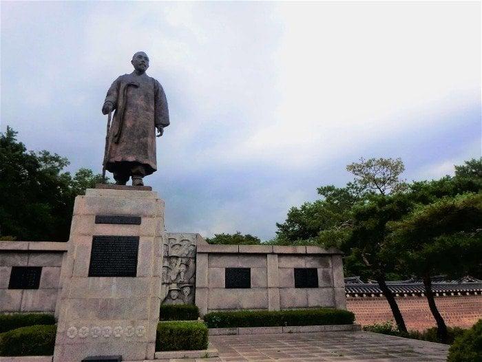 A statue in a park in Seoul