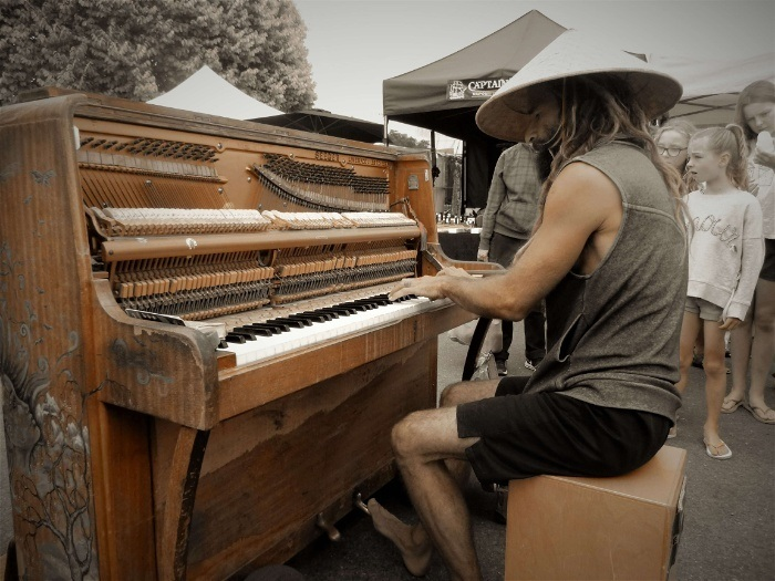 A busking artist at the markets in Nelson