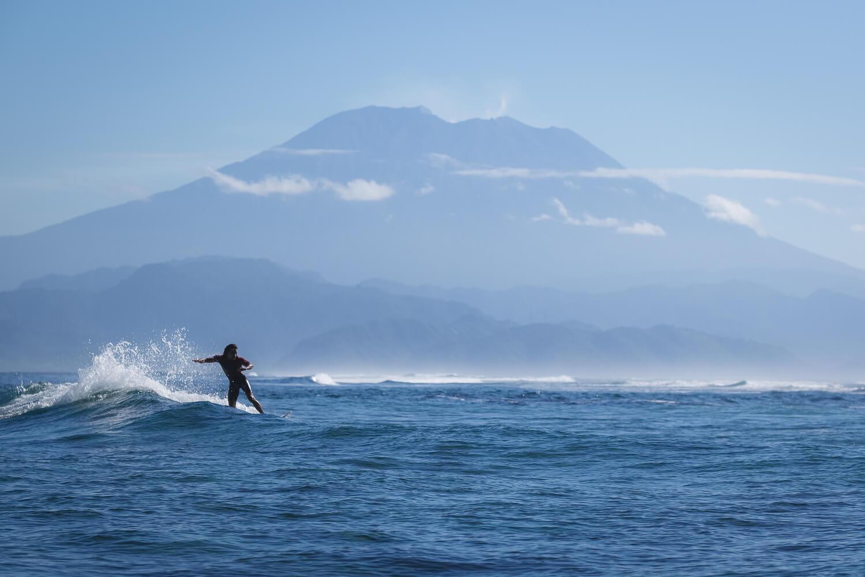 surfing in nusa lembongan mt agung