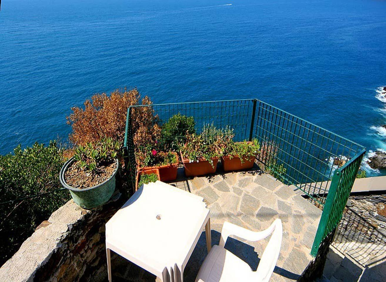 Self contained spot overlooking the Med, Cinque Terre