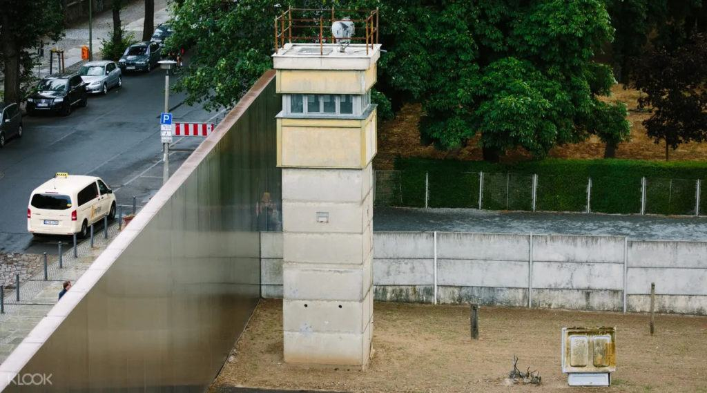 Tour around the Berlin Wall and discover it's fascinationg history.