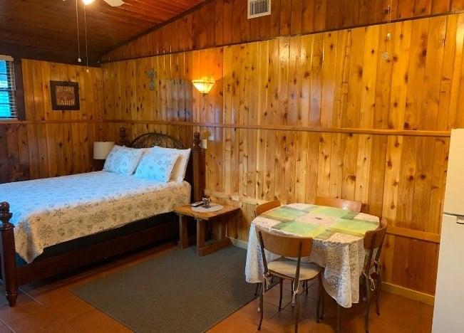 Private Studio Cabin with bath, Tampa