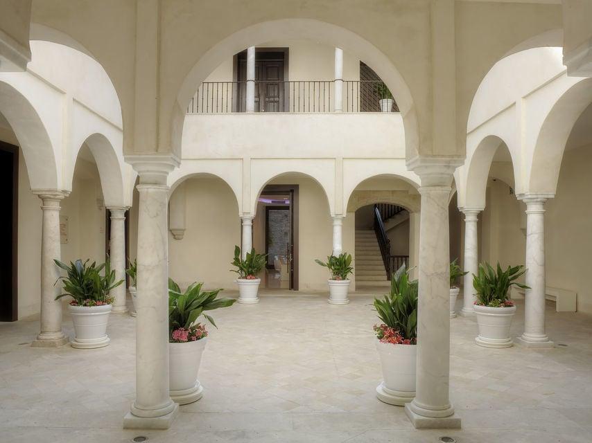 Explore the Palacio de Villalón