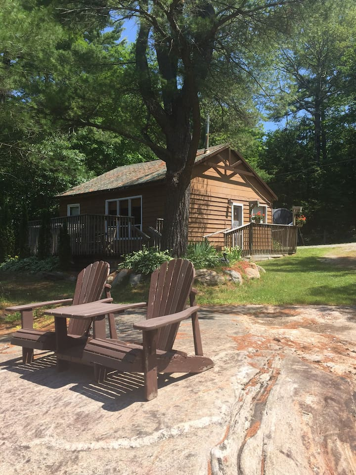 Charming Cottage with a Sandy Beach, Close to Toronto