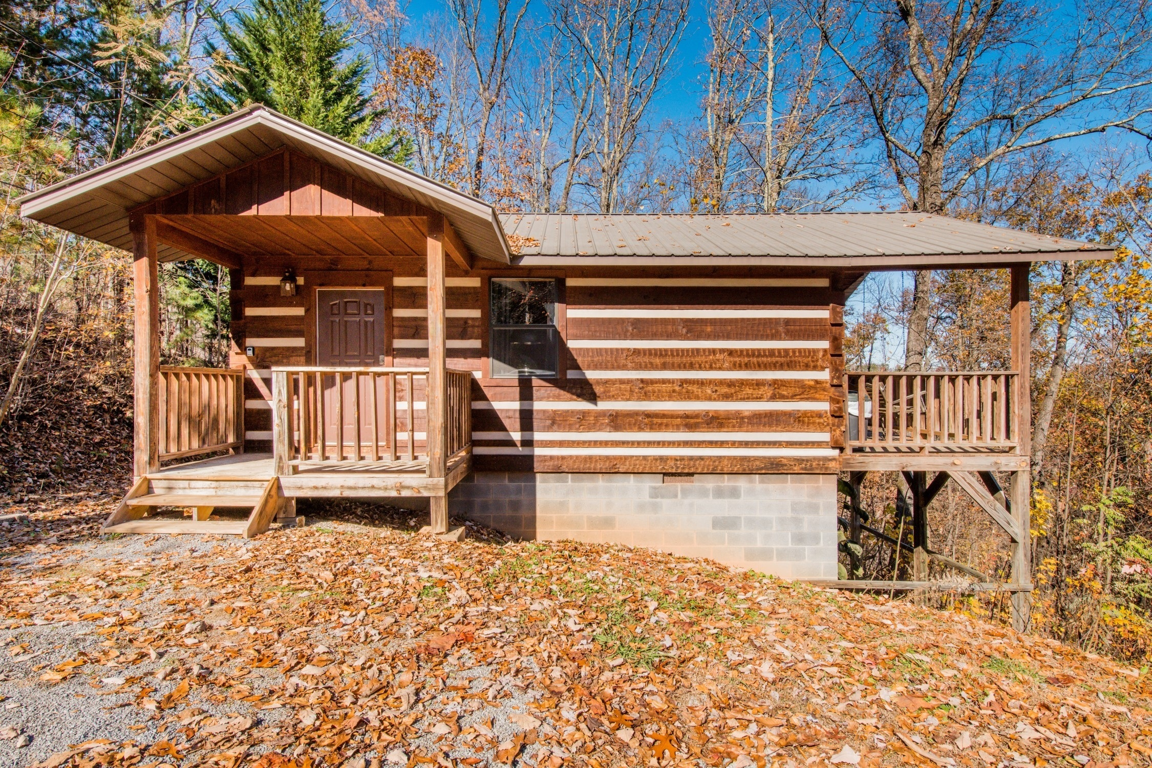 Very private log cabin with hot tub