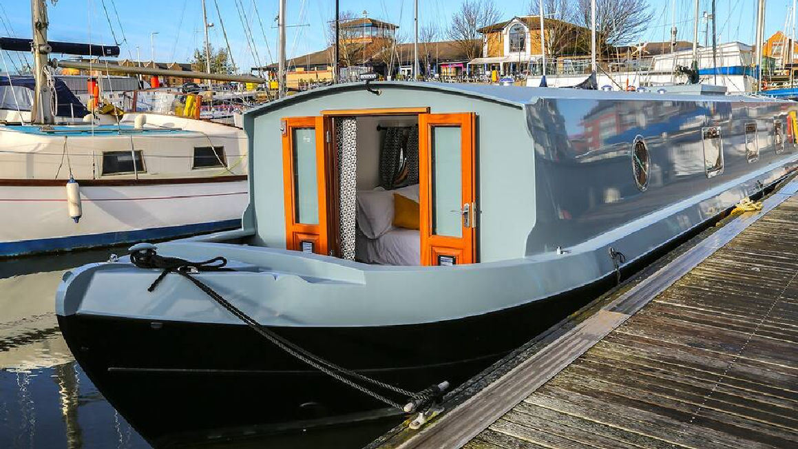 Sparkling Two Bed Boat in Marina