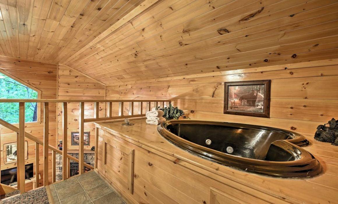 Bearadise Romantic Cabin with Hot Tub Gatlinburg