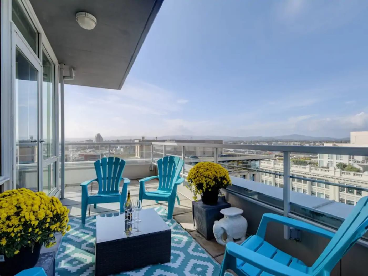Best Airbnb in Victoria for Families – Secure Downtown Penthouse