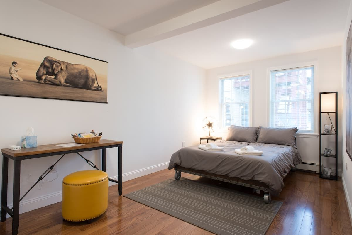 Perfect Airbnb for Digital Nomads – Spacious and Modern Room