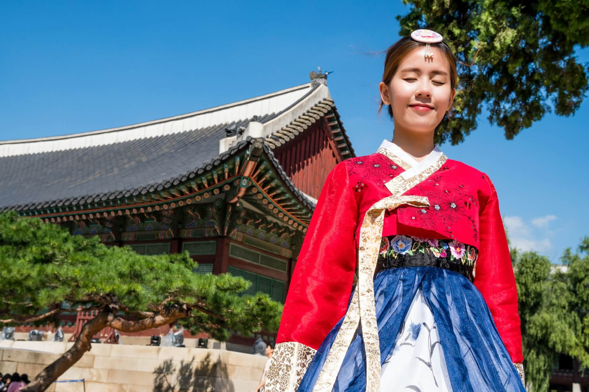 A local South Korean woman in traditional dress at a palace in Seoul