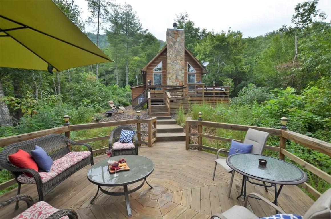Cozy Creekside Cabin, North Carolina