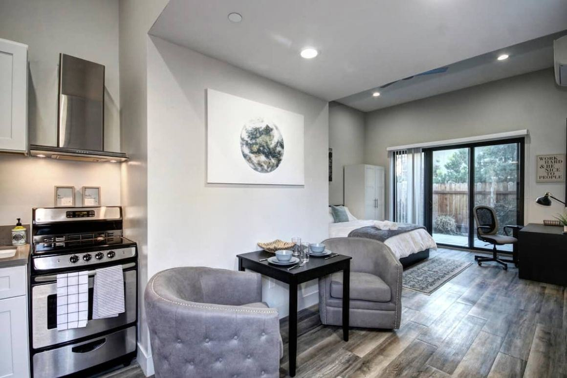 Best Luxury Airbnb in Downtown Modern Bright Studio with Private Yard