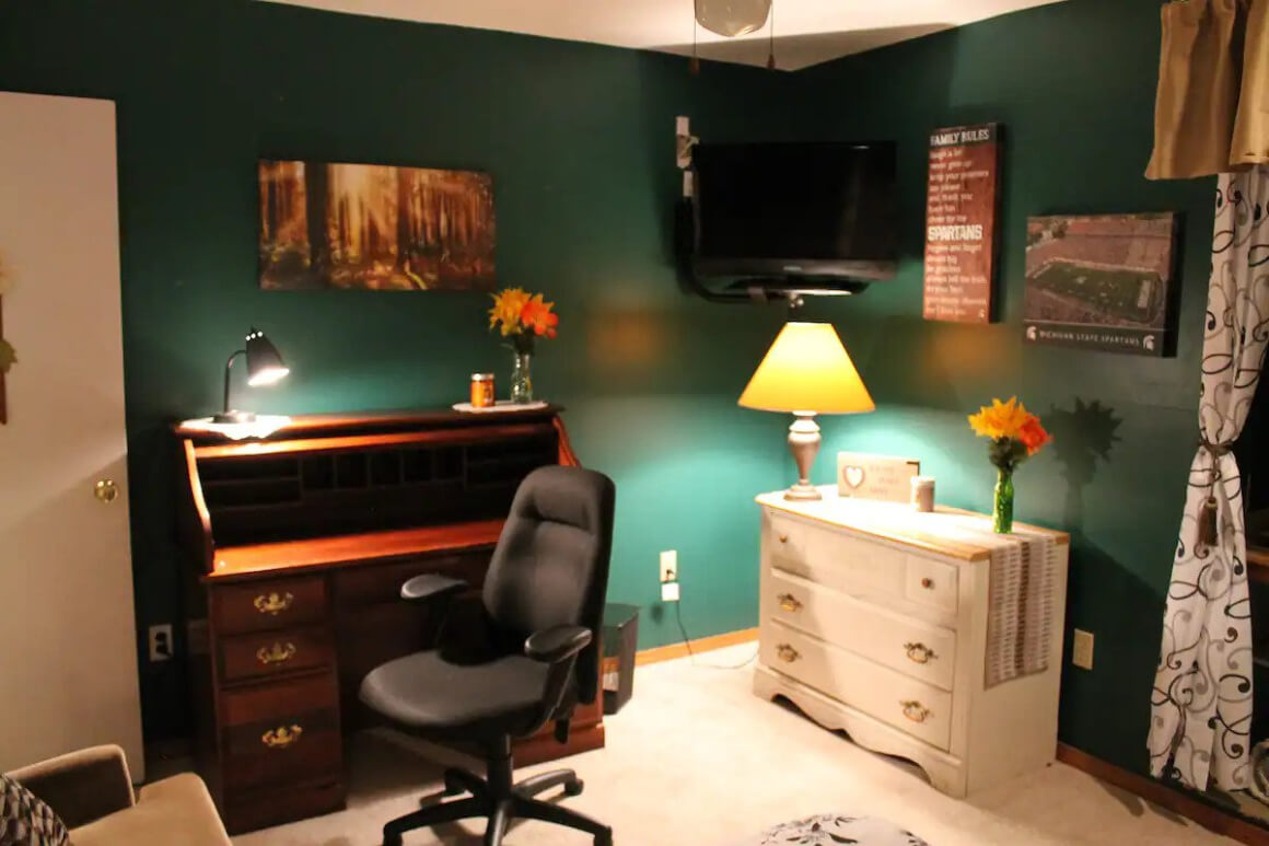 Private room close to restaurants, bars, movie theaters, and shops
