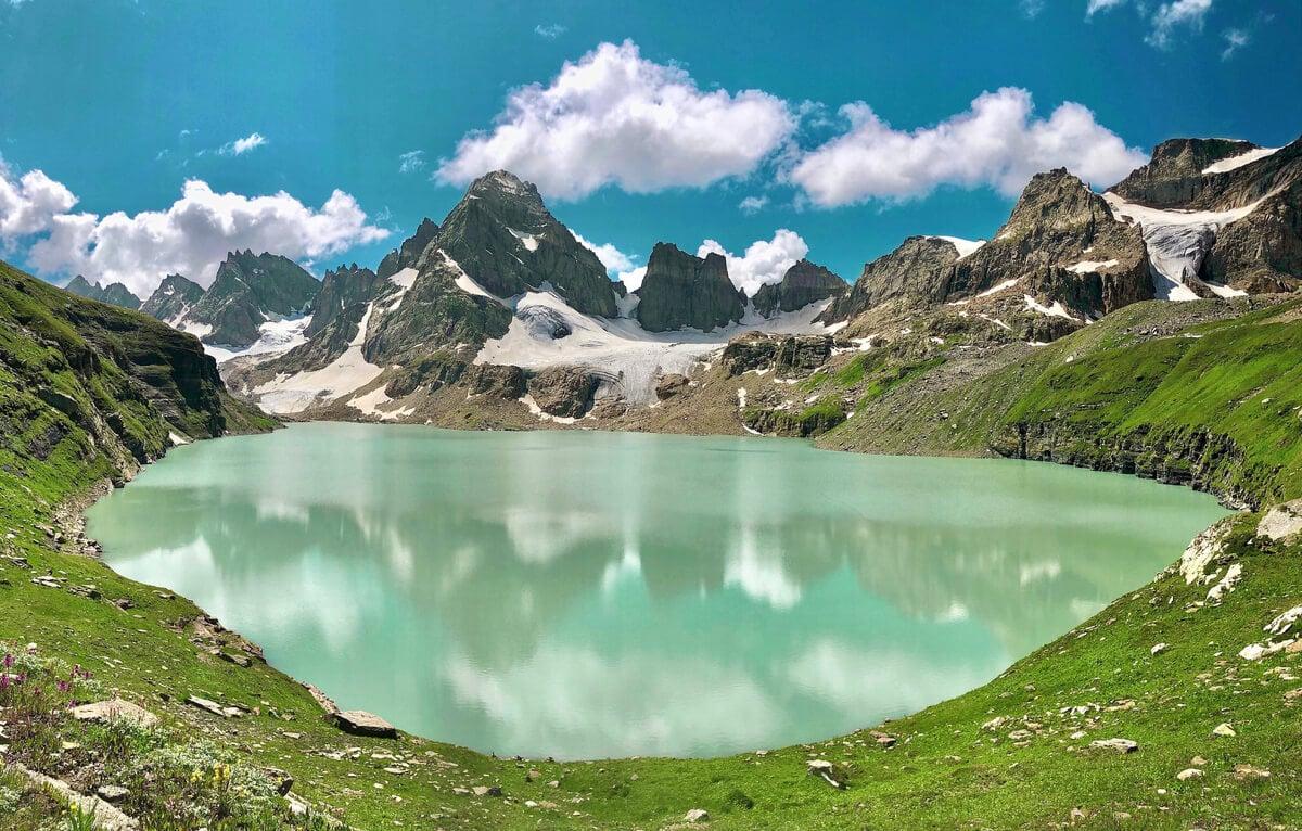 emerald chitta katha lake trekking in pakistan